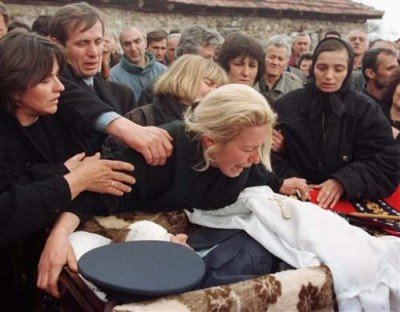 Kosovo_War_Mourning_Wife